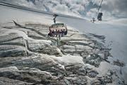 Touristen beim Titlisgletscher. (Bild: Pius Amrein, Titlis, 16. Juli 2015)