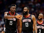 Ein sehr starkes Duo: Clint Capela (Nummer 15) und James Harden (13) von den Houston Rockets (Bild: KEYSTONE/FR170517 AP/TYLER KAUFMAN)