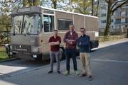Adrian Hunziker, Adrian Schibli und Roman Bänninger vor ihrem Wohnmobil, das früher einmal ein Postauto war. (Bild: PD)
