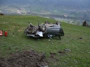 Nach dem Flug über 20 Meter war das Auto schrottreif. (Bild: Kapo GR)