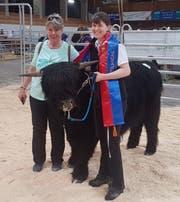 Erst ein Jahr alt und bereits Rassesieger der schottischen Hochlandrinder in der Schweiz: Natürlich sind da Züchterin Monika Graf (links) und Mitbesitzerin Corinne Bamert stolz.(Bild: PD)