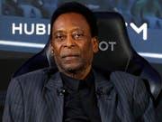 Pelé muss sich einem Eingriff unterziehen (Bild: KEYSTONE/EPA/IAN LANGSDON)