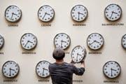 Dieser Mann muss für die Kunstausstellung in Polen einige Uhren auf Sommerzeit stellen. (Bild: Wojciech Pacewicz/Keystone (Lublin, 29. März 2019))