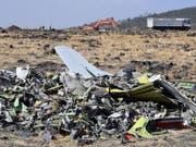 Trümmer auf einem Feld nach dem Absturz eines Boeing-Flugzeugs des Typs 737 Max 8 der Ethiopia Airlines nahe der Stadt Bishoftu in Äthiopien Mitte März 2019. (Bild: KEYSTONE/EPA/STRINGER)