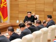 Der nordkoreanische Machthaber Kim Jong Un in Beratungen mit dem Zentralkomitee der herrschenden Arbeiterpartei. (Bild: KEYSTONE/AP KCNA via KNS)