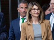 Im Uni-Betrugsskandal in den USA ist die Anklage gegen die Schauspielerin Lori Loughlin ausgeweitet worden: Sie umfasst nun Verschwörung zur Geldwäscherei und Verschwörung zum Betrug. (Bild: KEYSTONE/EPA/CJ GUNTHER)