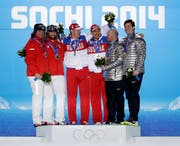 Das ursprüngliche olympische Podest von Sotschi: Beat Hefti and Alex Baumann, Alexander Subkov and Alexej Wojewoda, Steven Holcomb and Steven Langton (USA). Nun rücken die Schweizer in die Mitte. (AP Photo/David Goldman)