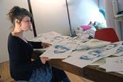 Flüchtlinge auf Chios: Carole Isler breitet ihre zart farbenen Porträts in ihrem Atelier aus. (Bild: Dieter Langhart)