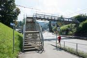 Die Fussgängerpasserelle über die Teufener Strasse wird bald abgebrochen. (Bild: Hanspeter Schiess - 2. September 2016)