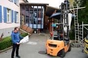 Reto Schubnell beobachtet den Beginn der Bauarbeiten am Primarschulhaus in Ottoberg. (Bild: Werner Lenzin)