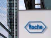 Bei einer Roche-Geschäftsstelle kam es zu Durchsuchungen: Das Logo der Firma in Basel (Archivbild). (Bild: KEYSTONE/GEORGIOS KEFALAS)