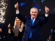 Zufriedener Ministerpräsident: Benjamin Netanjahu und seine Likud-Partei haben die Wahl in Israel nach Medienberichten deutlich gewonnen. (Bild: KEYSTONE/EPA/JIM HOLLANDER)