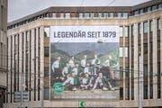 Der FC St.Gallen macht in der ganzen Stadt auf seinen 140. Geburtstag aufmerksam. Am Dienstagmorgen wurde ein Plakat der Meistermannschaft 1904 an der Hauptfiliale der St.Galler Kantonalbank angebracht. (Bild: Urs Bucher - 9. April 2019)