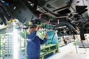 Verkabelungsarbeiten im spanischen Werk des Schienenfahrzeugbauers Stadler. (Bild: Pau Barrena/Bloomberg (Valencia, 22. November 2016))