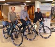 Reto Meyer, Tour de Suisse, Stefan Maissen, Rent a Bike und Stadtrat Thomas Beringer präsentieren die neuen Chrüzlinger Miet-E-Bikes. (Bild: PD)