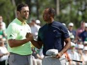 Shakehands nach der ersten Runde: Tiger Woods und der aufstrebende Spanier Jon Rahm (Bild: KEYSTONE/AP/MARCIO JOSE SANCHEZ)