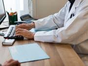 Von der Pharmaindustrie fliessen hohe Millionenbeträge an Ärzte und Spitäler. (Bild: KEYSTONE/CHRISTIAN BEUTLER)
