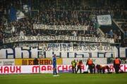 FCL-Anhänger warfen aus Protest über die Anspielzeit Eier auf das Spielfeld. (Bild: Boris Bürgisser, Luzern, 11. April 2019)