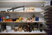 Das Sturmgewehr 90 steht in der Vorratskammer eines Schweizer Haushalts. (KEYSTONE/Martin Ruetschi)
