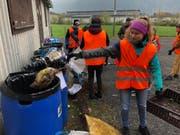 Die Oberstufenschüler staunen über die Menge des gesammelten Abfalls. (Bild: PD)