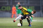 Kein Vorbeikommen: Red-Star-Verteidiger Benziar Salim schirmt den Ball gegen St.Gallens Christian Witzig ab. Bild: Urs Bucher