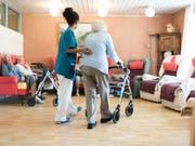 Der Gang liefert wichtige Anhaltspunkte zur Gesundheit einer Person. Ein Projekt will das Gehen daher exakter vermessen, vor allem bei Älteren. (Bild: KEYSTONE/CHRISTIAN BEUTLER)