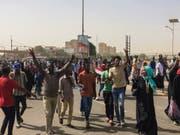 Jubel in Khartum: Demonstrierende feiern den Abgang von Langzeitpräsident Omar al-Bashir. (Bild: KEYSTONE/AP)