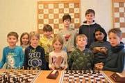 Sie bestritten das Jugend-Turnier des Schachclubs Altdorf. Hinten von rechts: das Siegertrio mit Andrin Baltermi (3.) Janis Waser (1.) und Zeno Orglmeister (2.). (Bild: Georg Epp, Altdorf, 8. April 2019)