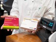 Durch den Kauf von Generika statt der teureren Originalmedikamente wurden 2018 laut Intergenerika 448 Millionen Franken eingespart. (Bild: KEYSTONE/GAETAN BALLY)