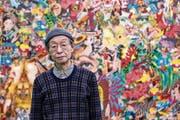 Keiichi Tanaami steht vor einem seiner bunten Werke im Luzerner Kunstmuseum. (Bild: Alexandra Wey/Keystone (Luzern, 5. April 2019))