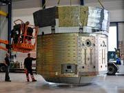 Der Prototyp eines ESA-Raumfrachters wurde am Donnerstag bei Ruag Space in Zürich verladen. (Bild: KEYSTONE/WALTER BIERI)