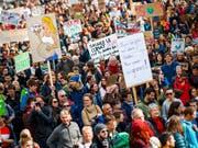 Zu Tausenden auf der Strasse, doch nur wenige an der Urne: Eine neue Studie zeigt, dass die Politikverdrossenheit vieler Jugendlicher noch immer gross ist. (Bild: KEYSTONE/VALENTIN FLAURAUD)