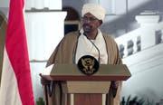 Der sudanesische Präsident Omar al-Bashir, hier zu sehen bei einer Rede im Februar, ist gemäss Berichten eines sudanesischen Senders zurück getreten. (Bild ab Video: Keystone, Khartum, 22. Februar 2019)
