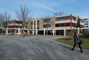 Seit Jahren steht die Sanierung und Erweiterung des Schulhauses Herti in Zug an. Für dieses und andere Schulobjekte sollen in den nächsten zehn Jahren insgesamt 200 Millionen Franken investiert werden. (Bild: Stefan Kaiser, 25. Februar 2014)