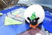 Das Schaf mit Bart und Hut ist das Team-Maskottchen und überall mit dabei. Einen Namen hat es bisher noch keinen. (Bild: Urs M. Hemm)