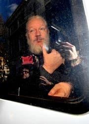 Auf der Autofahrt zum Magistratsgericht von Westminster gestikulierte Julian Assange durchs Fenster Schaulustigen zu. (Bild: Victoria Jones/AP (11. April 2019))