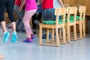 Kinder sollen in der Stadt Luzern künftig in Kitas und Spielgruppen Deutsch lernen. (Symbolbild: Keystone/Christian Beutler)