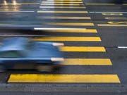 Wer müde am Steuer sitzt, reagiert langsamer und schätzt Geschwindigkeiten falsch ein, warnt die Beratungsstelle für Unfallverhütung. (Bild: KEYSTONE/GAETAN BALLY)