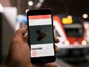SBB und Postauto wollen den Fahrgästen den Zugang zum öffentlichen Verkehr weiter erleichtern. Sie planen eine gemeinsame App, die als umfassender Reisebegleiter dienen soll. (Bild: KEYSTONE/CHRISTIAN BEUTLER)