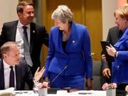 Die britische Premierministerin Theresa May kann sich in der Nacht auf Donnerstag erneut über Zugeständnisse der EU an Grossbritannien freuen. (Bild: KEYSTONE/AP EPA POOL/OLIVIER HOSLET)