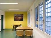 Acat kritisiert zum Teil «unmögliche Besuchszeiten und unangepasste Besucherräume» für Kinder von Inhaftierten in Schweizer Gefängnisse - hier der Besucherraum im Flughafengefängnis Kloten. (Bild: Keystone/CHRISTIAN BEUTLER)