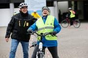 Das E-Bike-Fahren macht Freude: Kursleiter Werner Leuenberg vom TCS mit Teilnehmerin Ruth Imholz. (Bild: Stefan Kaiser, Steinhausen, 11. April 2019)