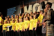 Der grosse Chor singt während des Musicals.