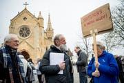 Der 63-jährige Pfarrer Norbert Valley am Rande einer Solidaritätskundgebung in Neuenburg. (Bild: Jean-Christophe Bott/Keystone (11. April 2019))
