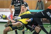 Tobias Wetzel vom TSV St.Otmar im Kampf gegen Spieler vom BSV Bern. (Bild: Michel Canonica - 24. Februar 2019)