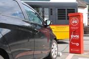 Ein Auto wird an der Elektrotankstelle des Elektrizitätswerks Nidwalden (EWN) beim Bahnhof Stans mit Strom betankt. (Bild: Matthias Piazza, Stans, 24. Juni 2018)
