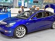 Die lange verzögerte Auslieferung der Tesla Model 3 in der Schweiz führt im März zu einem statistischen «Tesla-Verkaufsboom». (Bild: KEYSTONE/WALTER BIERI)