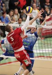 Matevû Kamnik Volley Amriswil (Blau) gegen 5 Radisa Stevanovic Lausanne UC, 1. Spiel Playoff Final in der Sporthalle Tellenfeld Amriswil. (Bild: Mario Gaccioli)