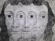 Die Darstellung der Dreifaltigkeit: Deckenmalerei um 1500. Zu sehen ist sie in der Evangelischen Kirche in Lavin - eine Fotografie davon derzeit im Bündner Kunstmuseum. (Bild: Keystone-SDA/Ruedi Lämmler)