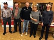 Die fünf qualifizierten Jasser (von links): Walti Windlin (Telefon), Sepp Flück (am Tisch), Hery Durrer (Ersatz), Monika von Rotz (Jasserin am Tisch), Janik Ettlin (Jugendlicher am Tisch). (Bild: PD)